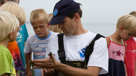 NOAA employee explaining habitat to children